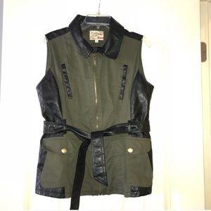 Cargo style vest w/ faux leather trim. Sz L.
